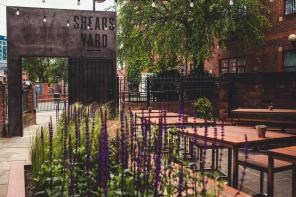 S H E A R S ・ Y A R D As a modern restaurant and bar with a minimalist aesthetic, Shears Yard wanted some contemporary planting to fill the raised beds in their new outdoor space. We came up with this scheme for year-round interest, with both edible and ornamental plants intermingling to great effect. This is a planting that is both bold enough to be appreciated in passing by those walking towards the restaurant, whilst also providing more subtle, long-lasting interest for those choosing to eat and drink outdoors.
