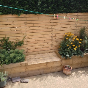 S U N N Y ・ S E A T I N G This client wanted to make more of the south-facing front garden of their terraced house, as well as replace the rotten old fencing that ran along one side of it. We designed this bespoke feature, utilising the same planed timber for both the fence and the seat, the lid of the latter lifting off to reveal a storage area. With raised beds on either side the client can now enjoy the sunshine surrounded by planting